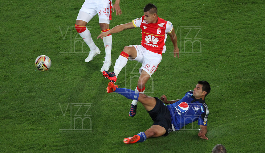 BOGOTA - COLOMBIA - 6-09-2015: Juan Roa jugador de Independiente Santa Fe  disputa el balon con   David Silva de Millonarios     durante partido  por la fecha 10 de la Liga Aguila II 2015 jugado en el estadio Nemesio Camacho El Campin. / Juan Roa player of Independiente Santa Fe   fights the ball against David Silva of Millonarios   during a match for the tenth  date of the Liga Aguila II 2015 played at Nemesio Camacho El Campin stadium in Bogota  city. Photo: VizzorImage / Felipe Caicedo / Staff.