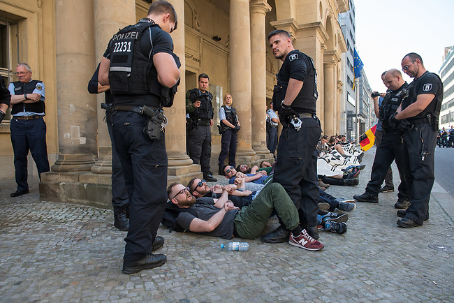 Rechtsextreme &quot;Identitaere&quot; versuchen Besetzung des Justizministerium.<br /> Am Freitag den 19. Mai 2017 versuchten ca. 40 Rechtsextremisten der sog. &quot;Identitaeren Bewegung&quot; (IB) das Justizministerium zu besetzen. Sie setzten das Ministerium und den Justizminister Maas mit der Staatssicherheit der DDR gleich, hatten DDR-Fahnen dabei und trugen zum Teil DDR-Militaeruniformen.<br /> Die Neonazis scheiterten jedoch mit der Besetzung, da die Polizei im Vorfeld von der Aktion informiert war und rechtzeitig vor Ort war. Als die Polizei die Neonazis aufforderte zu gehen, legten die sich auf den Fu&szlig;weg und skandierten &quot;Keine Gewalt&quot; und Parolen gegen Fluechtlinge und fuer Deutschland. Daraufhin wurden die Neonazis einzeln abgefuehrt, durchsucht und erhielten einen Platzverweis.<br /> Im Bild: Robert Timm, Chef der Berliner &quot;Identitaeren&quot;.<br /> 19.5.2017, Berlin<br /> Copyright: Christian-Ditsch.de<br /> [Inhaltsveraendernde Manipulation des Fotos nur nach ausdruecklicher Genehmigung des Fotografen. Vereinbarungen ueber Abtretung von Persoenlichkeitsrechten/Model Release der abgebildeten Person/Personen liegen nicht vor. NO MODEL RELEASE! Nur fuer Redaktionelle Zwecke. Don't publish without copyright Christian-Ditsch.de, Veroeffentlichung nur mit Fotografennennung, sowie gegen Honorar, MwSt. und Beleg. Konto: I N G - D i B a, IBAN DE58500105175400192269, BIC INGDDEFFXXX, Kontakt: post@christian-ditsch.de<br /> Bei der Bearbeitung der Dateiinformationen darf die Urheberkennzeichnung in den EXIF- und  IPTC-Daten nicht entfernt werden, diese sind in digitalen Medien nach &sect;95c UrhG rechtlich geschuetzt. Der Urhebervermerk wird gemaess &sect;13 UrhG verlangt.]