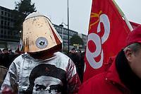 manifestation pour le travail, manifestante con protezione antiincendio e immagine del Che
