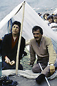 Turquie 1991.Les réfugiés kurdes sur la frontière: un couple sous une tente de fortune.Turkey 19991.Kurdish refugees on the border