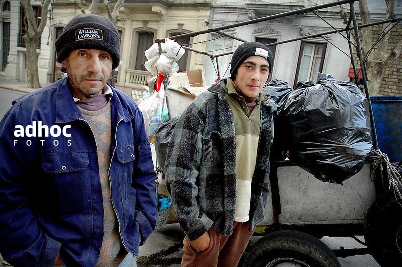 Recolectores de basura o clasificadores. Montevideo, 2006.<br /> URUGUAY / MONTEVIDEO / 2006<br /> Foto: Ricardo Ant&uacute;nez / AdhocFotos<br /> www.adhocfotos.com