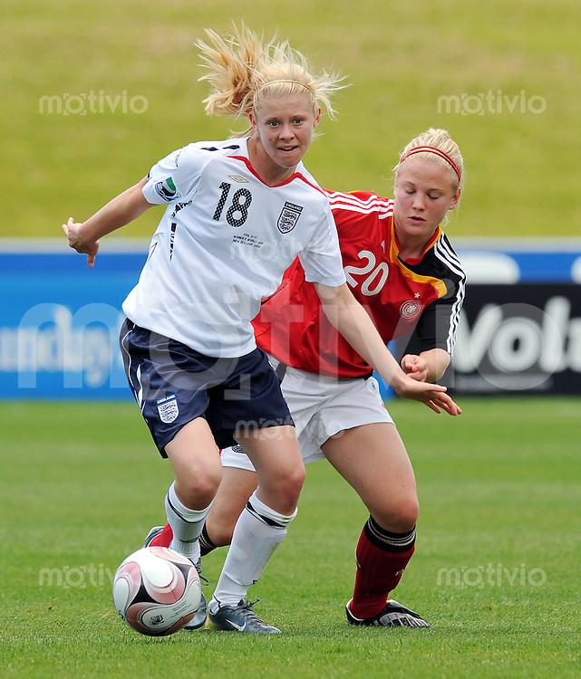Fussball Frauen FIFA U 17  Weltmeisterschaft 2008     16.11.2008 Siel um Platz 3 England - Deutschland Rachel Pitman (li,ENG) gegen Leonie Maier (re,GER)