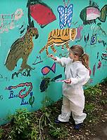 Nederland - Amsterdam - mei 2019.   Kunstenaar Gerti Bierenbroodspot is samen met kinderen van vluchtelingen en buurtkinderen begonnen aan een grote muurschildering in het centrum van Amsterdam. <br /> De schildering van 100 vierkante meter zal verschijnen op de muren van de Leidsedwarstuin, een voorheen verwaarloosd stukje grond aan de Lange Leidse Dwarsstraat. Het thema van de muurschildering is de natuur. De kinderen mogen zelf kiezen welk dier ze willen vereeuwigen en worden daarbij geholpen door Bierenbroodspot. De kinderen beschilderen de linkermuur. Gerti maakt een schildering van enkele etages hoog op de rechtermuur. Het project moet over enkele weken af zijn. De gemeente heeft opdracht gegeven voor de muurschildering om toeristen te laten zien dat het Leidsepleingebied een omgeving is waar mensen wonen.      Foto mag niet in negatieve / schadelijke context gepubliceerd worden.    Foto Berlinda van Dam / Hollandse Hoogte