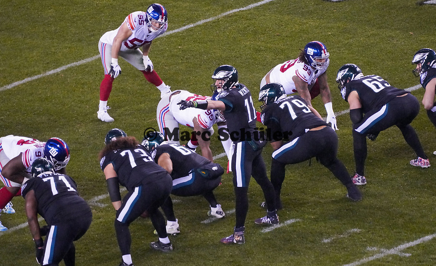 quarterback Carson Wentz (11) of the Philadelphia Eagles gibt Anweisungen - 09.12.2019: Philadelphia Eagles vs. New York Giants, Monday Night Football, Lincoln Financial Field