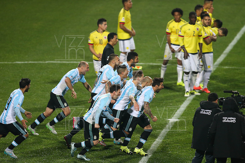 VIÑA DEL MAR - CHILE - 26-04-2015: Los jugadores de Argentina, corren a celebrar la clasificación a las semifinales, durante partido Colombia y Argentina, por los cuartos de final, de la Copa America Chile 2015, en el estadio Sausalito en la Ciudad de Viña del Mar / The players of Argentina, run to celebrate the classification to the semifinals, during a match between Colombia and Argentina, for the quarterfinals of the Copa America Chile 2015, in the Sausalito stadium in Viña del Mar city. Photo: VizzorImage /  Photosport / Jonathan Mancilla / Cont.