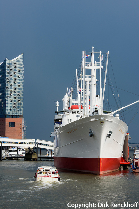 Museumsschiff Cap San Diego, &Uuml;berseebr&uuml;cke in St. Pauli und Elbphilharmonie in der Hafencity, Hamburg, Deutschland<br /> museum ship Cap San Diego, overseas bridge in St. Pauli and Elbphilharmonie in Hafencity, Hamburg, Germany