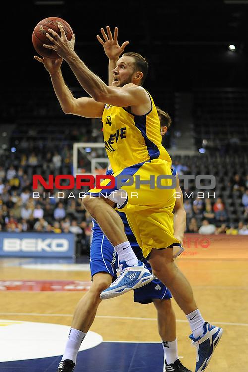 07.10.2015, EWE Arena, Oldenburg, GER, Beko BBL, EWE Baskets Oldenburg vs FRAPORT SKYLINERS , im Bild<br /> <br /> Vaughn Duggins (EWE Baskets Oldenburg #44)<br /> Tomas Dimsa (Fraport Skyliners Frankfurt #33)<br /> Johannes Richter (Fraport Skyliners Frankfurt #22)<br /> <br /> Foto &copy; nordphoto / Rojhan