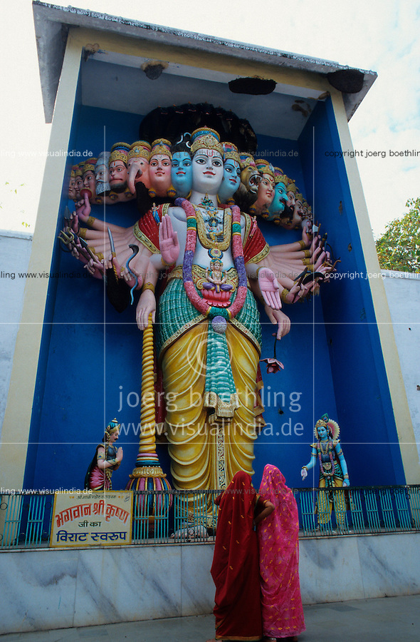INDIA Omkareshwar, Hindu god with several heads and arms / INDIEN, Omkareshwar, Hindu Gottheiten