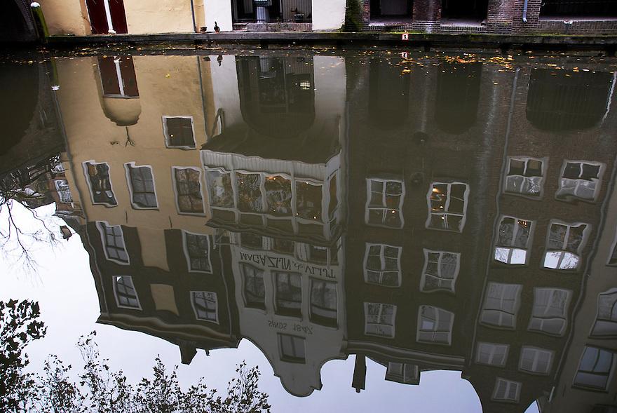 Utrecht, 31  okt, 2007.binnenstad van Utrecht in de herfst. Huizen weerspiegeld in de Oude gracht..Foto: (c) Renee Teunis