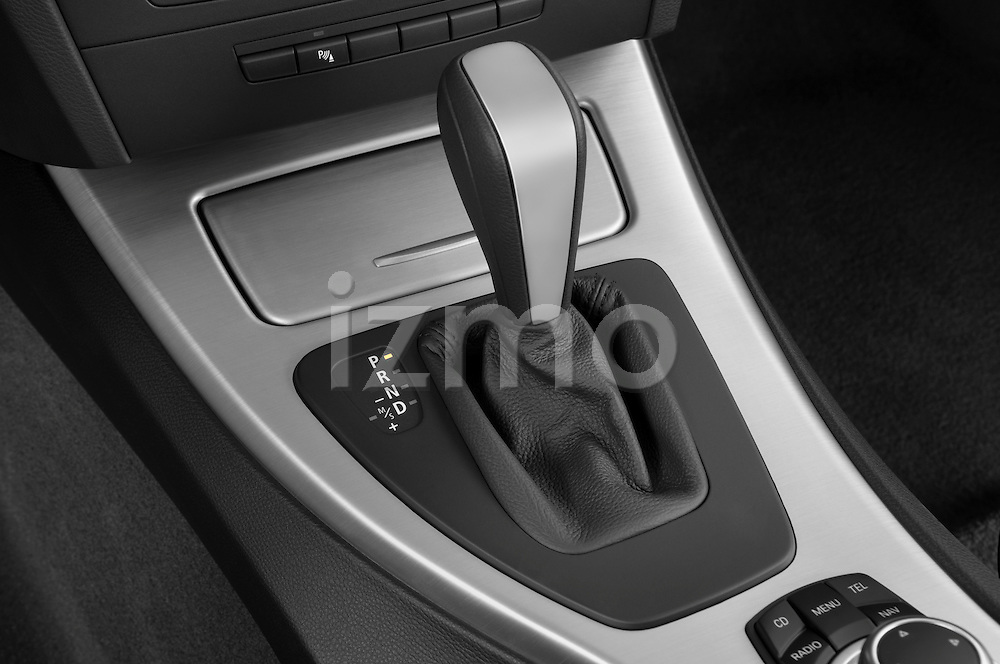 Gear shift detail view of a 2009 bmw 3 series wagon 328