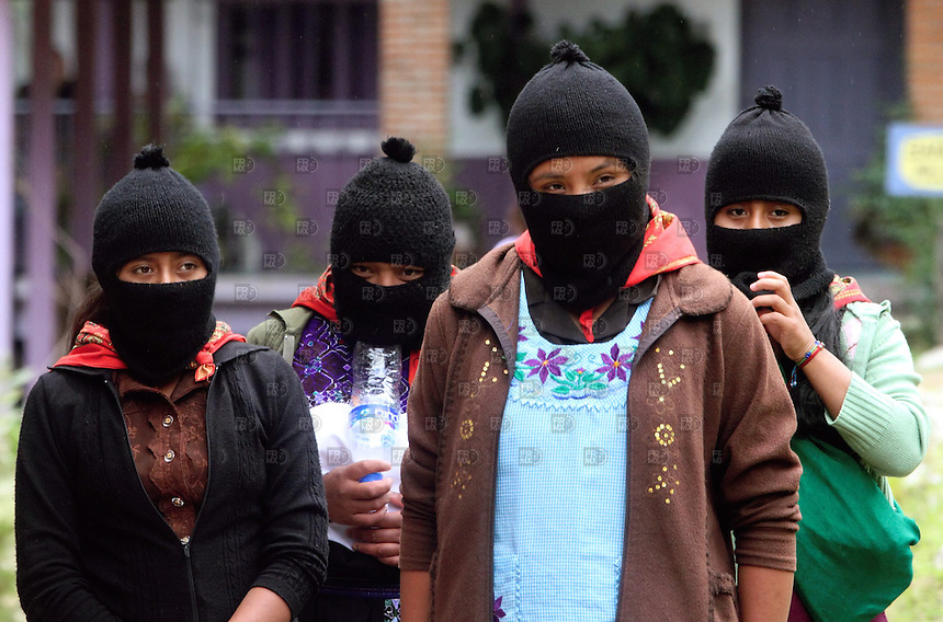 CHIAPAS, SAN CRISTOBAL DE LAS CASAS, M&Eacute;XICO.  Agosto 18, 2013.- Integrantes del Ej&eacute;rcito Zapatista de Liberaci&oacute;n Nacional (EZLN), participan en el segundo d&iacute;a del Congreso Nacional Ind&iacute;gena en defensa de territorios y autonom&iacute;a de pueblos, celebrado en el Centro Integral de Capacitaci&oacute;n Ind&iacute;gena (CIDECI), Universidad de la Tierra, en la ciudad de San Crist&oacute;bal de las Casas, en el estado de Chiapas, al sur de M&eacute;xico, el 18 de agosto de 2013. FOTO: ALEJANDRO MEL&Eacute;NDEZ<br /> <br /> Chiapas, SAN CRISTOBAL DE LAS CASAS, MEXICO. August 18, 2013. - Members of the Zapatista Army of National Liberation (EZLN), participate in the second day of the National Indigenous Congress in defense of territories and peoples autonomy, held at the Integral Indigenous Training Center (CIDECI), University of the Earth, in the city of San Cristobal de las Casas, in the state of Chiapas, in southern Mexico, on August 18, 2013. PHOTO: ALEJANDRO MELENDEZ