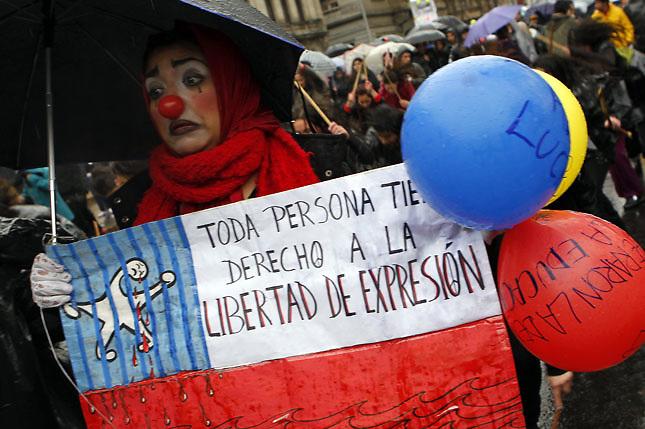 SCH02. SANTIAGO DE CHILE (CHILE), 18/08/2011.- Una mujer disfrazada marcha bajo la lluvia, junto a miles de personas, hoy, jueves 18 de agosto de 2011, en el marco de las demandas estudiantiles por una mejor educación, en una calle de Santiago (Chile). A su turno, el presidente Sebastián Piñera reiteró que sólo el diálogo puede conducir a una solución del conflicto. EFE/FELIPE TRUEBA