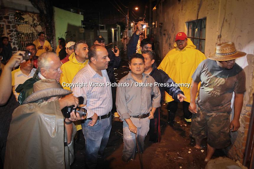 Quer&eacute;taro, Qro. 27 Junio 2014.- Las lluvias de &eacute;sta noche afectaron la comunidad de Santa Mar&iacute;a Magdalena. Cerca de 120 casas se afectaron con inundaci&oacute;n que super&oacute; los 60 cent&iacute;metros de altura. Esto debido al colapso del dren que se encuentra cercano a las viviendas. El alcalde Roberto Loyola realiz&oacute; un recorrido por la zona afectada. <br /> <br /> FOTO: Victor Pichardo / Cortes&iacute;a / Obture Press Agency.