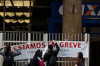 SÃO PAULO,SP, 06.10.2015 - BANCÁRIOS-SP - Agências bancárias amanheceram com cartazes informando a greve da categoria na região central da cidade de São Paulo, nesta terça- feira (06). Os trabalhadores entraram em greve hoje por tempo indeterminado. Eles pedem reajuste salarial de 16% com piso de R$ 3.299,66, contra os 5,5%, com piso variável de R$ 1.321,26 a R$ 2.560,23, oferecido pela Federação Brasileira de Bancos (Febraban). (Foto: Fernando Nascimento/Brazil Photo Press)