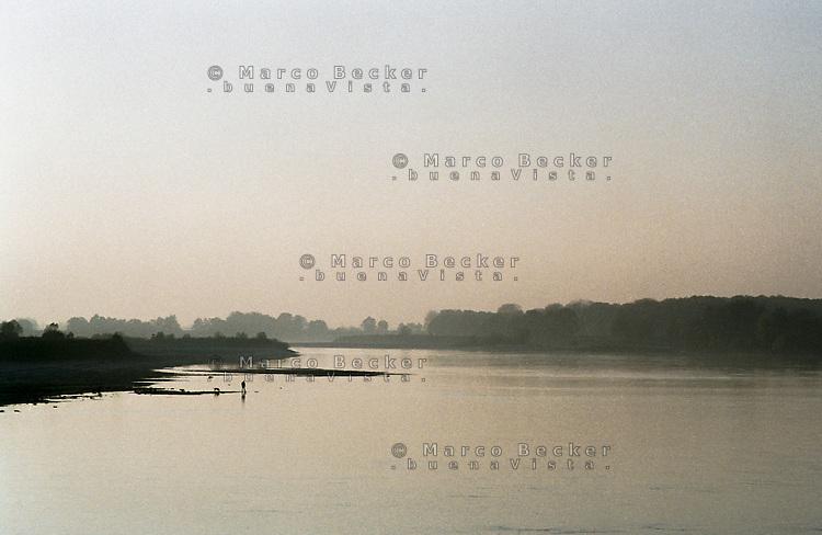 Motta Baluffi (Cremona). Un uomo, un cane e il fiume Po --- Motta Baluffi (Cremona). A man, a dog and the river Po