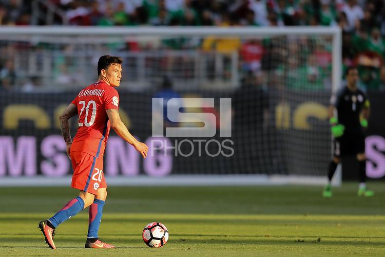 Santa Clara, CA - Saturday June 18, 2016: Charles Aranguiz during a Copa America Centenario quarterfinal match between Mexico (MEX) and Chile (CHI) at Levi's Stadium.
