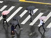 SAO PAULO - SP - 03 DE JUNHO DE 2013 -  CLIMA/TEMPO - Uma garoa fina caí na região de Pinheiros - zona oeste, na tarde desta segunda-feira . FOTO: MAURICIO CAMARGO / BRAZIL PHOTO PRESS.