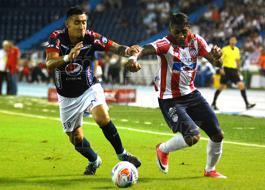 BARRANQUILLA - COLOMBIA - 08 - 11 - 2017: Johnny Gonzalez (Der.) jugador de Atletico Junior disputa el balón con Eduard Tuesta (Izq.) jugador de Deportivo Independiente Medellin, durante partido de vuelta entre Atletico Junior y Deportivo Independiente Medellin, por la final de la Copa Aguila 2017, jugado en el estadio Metropolitano Roberto Melendez de la ciudad de Barranquilla. / Johnny Gonzalez (R) player of Atletico Junior vies for the ball with Eduard Tuesta (L) player of Deportivo Independiente Medellin, during a match for the second leg between Atletico Junior and Deportivo Independiente Medellin, for the final of the Copa Aguila 2017 at the Metropolitano Roberto Melendez Stadium in Barranquilla city, Photo: VizzorImage  / Alfonso Cervantes / Cont.