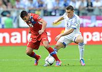 FUSSBALL  EUROPAMEISTERSCHAFT 2012   VORRUNDE Griechenland - Tschechien         12.06.2012 Milan Baros (li, Tschechische Republik) gegen Kyriakos Papadopoulos (re, Griechenland)