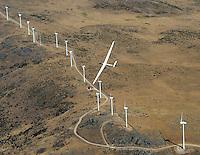 Windkraft: EUROPA, DEUTSCHLAND, SPANIEN 06.08.2005: Segelflugzeug ueber Windkraftanlagen in Zentral Spanien bei Segovia, hier trift sich Windkraft und Aufwindkraft, das Segelflugzeug kreist im thermischen Aufwind an einer Hangkante die auch die Windkraftwerke antreiben,