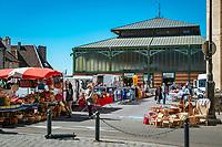 Frankreich, Bourgogne-Franche-Comté, Département Jura, Dole: Non-Food Verkaufsstaende vor der Markthalle. In der Halle werden Lebensmittel angeboten| France, Bourgogne-Franche-Comté, Département Jura, Dole: market hall