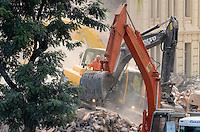 RIO DE JANEIRO, RJ, 26 DE JANEIRO DE 2012 - DESABAMENTO PREDIO RIO DE JANEIRO - Vista na manhã de hoje (26) do local onde ocorreu o desabamento de três prédios na região da Avenida Treze de Maio, no centro do Rio de Janeiro, na noite de ontem, 25. Um dos prédios que ruiu tem cerca de 20 andares, o outro, 10, e o terceiro, 4. Segundo o Corpo de Bombeiros, antes do desabamento teria havido uma explosão, mas isso não foi confirmado. Há pelo menos cinco feridos, dos quais quatro foram encaminhados ao Hospital Souza Aguiar. As equipes de busca retiraram ao menos dois corpos dos escombros. Os trabalhos continuam em dois pontos principais, indicados pelos quatro cães farejadores que ajudam nas buscas. (FOTO: MAURO PIMENTEL - NEWS FREE).