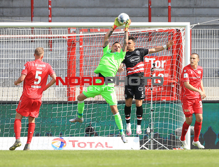 27.06.2020, Stadion an der Wuhlheide, Berlin, GER, DFL, 1.FBL, 1.FC UNION BERLIN  VS. Fortuna Duesseldorf , <br /> DFL  regulations prohibit any use of photographs as image sequences and/or quasi-video<br /> im Bild Rafael Gikiewicz (1.FC Union Berlin #1), Marvin Friedrich (1.FC Union Berlin #5), Keven Schlotterbeck (1.FC Union Berlin #31),<br /> Kaan Ayhan (Fortuna Duesseldorf #5)<br /> <br /> <br />      <br /> Foto © nordphoto / Engler