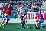AMSTELVEEN - Fergus Kavanagh (Adam) met links Daan Dullemeijer (SCHC)  en rechts Leon van Barneveld (SCHC)  tijdens  de hoofdklasse competitiewedstrijd hockey heren,  Amsterdam-SCHC (3-1).  COPYRIGHT KOEN SUYK