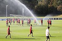 Spieler stellen das Tor auf und freuen sich über die Abkühlung bei der Hitze - Eintracht Frankfurt Training, Commerzbank Arena