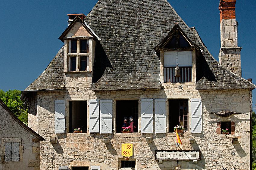 Le restaurant La Viconte anime une petite place du village.