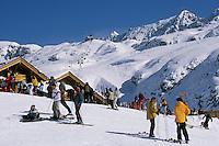 Europe/France/Rhône-Alpes/38/Isère/l'Alpe-d'Huez: Piste et restaurant d'altitude Chantebise 2100m à l'arrivée du télécabine des Grandes Rousses à 2100m en fond les sommets du massif des Grandes Rousses et le Pic Blanc 3380m - Skieurs