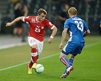 Fussball International  WM Qualifikation 2014   in Bern Schweiz - Island          06.09.2013 Xherdan Shaqiri (li, Schweiz) gegen Ari Freyr Skulason (Island)