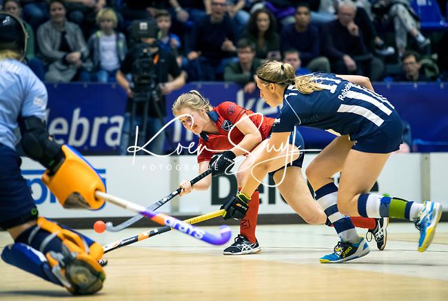 ROTTERDAM  - NK Zaalhockey . Finale Laren-HDM  (v) 1-2. Elin van Erk (Laren) met rechts Pien van Nes en links keeper Julia Remmerswaal (HDM) .   COPYRIGHT KOEN SUYK