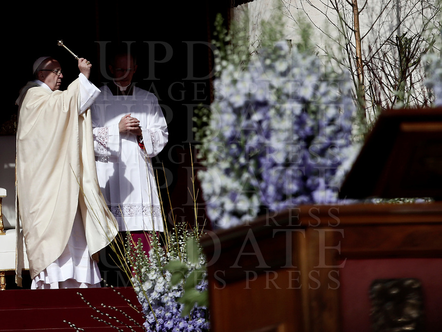Papa Francesco celebra la Messa di Pasqua in piazza San Pietro, Citt&agrave; del Vaticano, 1 aprile 2018.<br /> Pope Francis celebrats the Easter mass in Saint Peter's square at the Vatican, on April 1, 2018.<br /> UPDATE IMAGES PRESS/Isabella Bonotto<br /> <br /> STRICTLY ONLY FOR EDITORIAL USE