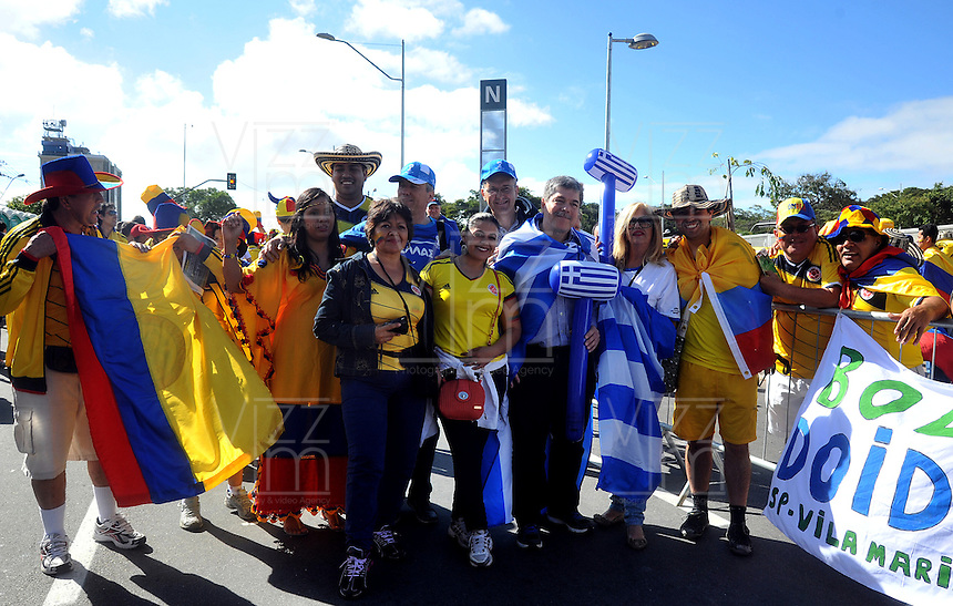 BELO HORIZONTE - BRASIL -14-06-2014. Los hinchas colombianos y grecios viven una fiesta en las afueras del estadio Mineirao de Belo Horizonte previo al partido del Grupo C entre Colombia (COL) y Grecia (GRC) hoy 14 de junio de 2014 en la Copa Mundial de la FIFA Brasil 2014./ Fans of Colombia and Grece live a party live a praty outside of the Mineirao stadium in Belo Horizonte prior the match of the Group C between Colombia (COL) and Grece(GRC) today June 14 2014 in the 2014 FIFA World Cup Brazil. Photo: VizzorImage / Alfredo Gutiérrez / Contribuidor