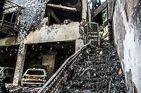 SÃO PAULO,SP, 20.03.2016 - ACIDENTE-SP -  Local da queda do avião do ex- presidente da Vale, Roger Agnelli. Sua mulher Andrea e os filhos João e Anna Carolina também morreram na queda do avião na tarde deste sábado, 19, no Jardim São Bento, zona norte de São Paulo. Outras três pessoas também morreram. Na queda, o avião caiu sobre uma residência, deixando um morador ferido. O acidente ocorreu logo após a decolagem, ainda nas proximidades do Aeroporto do Campo de Marte. Antes, o monomotor estava estacionado no hangar da Infraero. O voo tinha como destino o Aeroporto Santos Dumont, no Rio. O avião, de prefixo PRZRA, está registrado em nome de Agnelli. (Foto: Amauri Nehn/Brazil Photo Press)