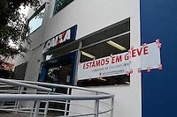 SÃO PAULO, 06.10.2015 – GREVE-BANCÁRIOS - Agencia bancária no bairro do Ipiranga na região sul de São Paulo na manhã desta terça-feira (06). A greve da categoria é uma resposta à proposta rebaixada da federação dos bancos (Fenaban) de 5,5% de reajuste para salários, PLR, vales e auxílios, que nem chega perto de cobrir a inflação de 9,88% no período (INPC) e representa perda de 4% para os trabalhadores. E nada para questões fundamentais para a categoria como melhorias nas condições de trabalho, saúde e garantia de emprego. (Foto: Carlos Pessuto/Brazil Photo Press)