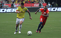 BARRANQUILLA -COLOMBIA, 10-NOVIEMBRE-2016. James Rodriguez (Izq.) jugador de Colombia disputa el balón con Arturo Vidal (Der.) de Chile durante el  encuentro  por las eliminatorias al mundial de Rusia 2018  disputado en el estadio Metropolitano Roberto Meléndez de Barranquilla./ James Rodriguez(R) Colombia player fights for the ball with Arturo Vidal(L) of Chile during the qualifying match for the 2018 World Championship in Russia Metropolitano Roberto Melendez stadium in Barranquilla . Photo:VizzorImage / Felipe Caicedo  / Staff