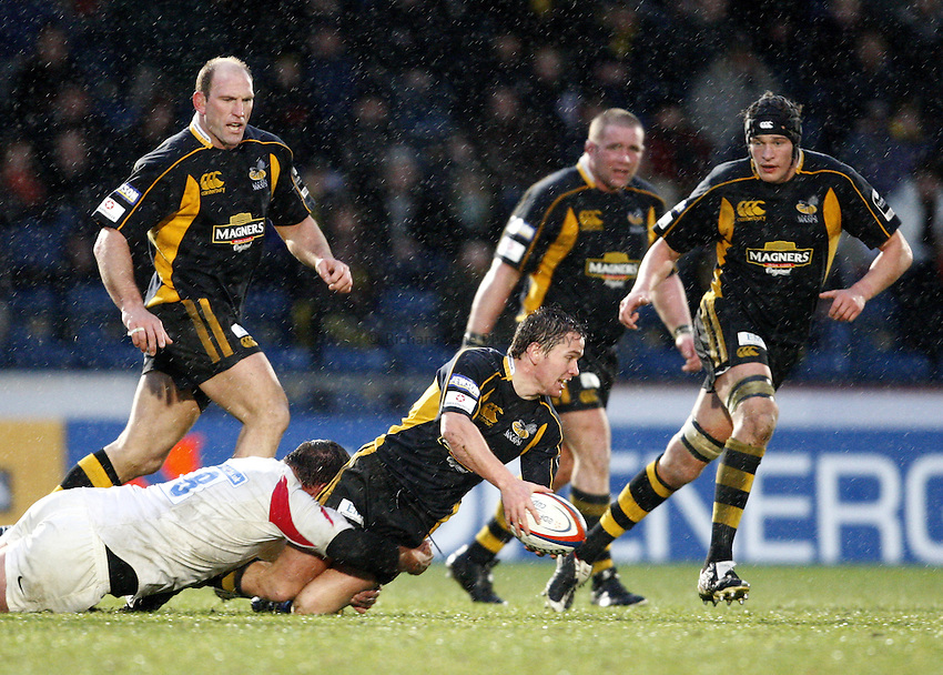 Photo: Richard Lane/Richard Lane Photography..London Wasps v Newcastle Falcons. EDF Energy Cup. 01/12/2007. .Wasps' Eoin Reddan passes out of the tackle.