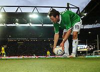FUSSBALL   1. BUNDESLIGA   SAISON 2011/2012   23. SPIELTAG Borussia Dortmund - Hannover 96                        26.02.2012 Christian Schulz (Hannover 96) legt sich an der Seitenlinie enttaeuscht den Ball zurecht.