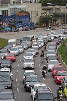 SAO PAULO, SP, 22.10.2013 -  TRANSITO AV 23 DE MAIO - SP - A Av 23 de Maio (corredor norte sul) tem transito intenso sentido Aeroporto de Congonhas na altura do Parque do Ibirapuera nesta terça-feira (22). (Foto: Marcelo Brammer / Brazil Photo Press).