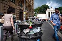 Una rosa gettata sopra un cestino dei rifiuti pieno di spazzatura a Piazzale Flaminio<br /> A red rose abandoned on a garbage can in downtown