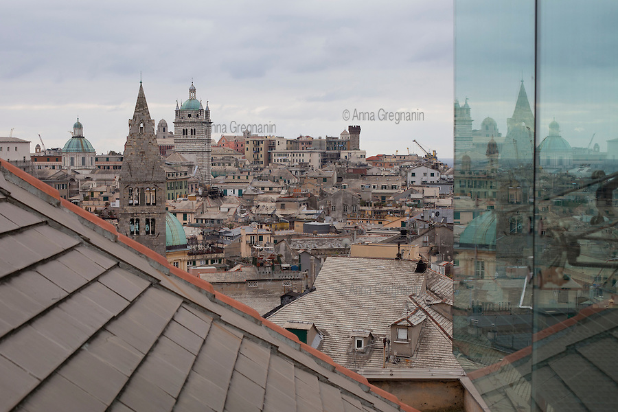 Genova, vista sul centro storico e il porto da Palazzo Rosso. Genova, overlooking the old town and the harbor from Palazzo Rosso.