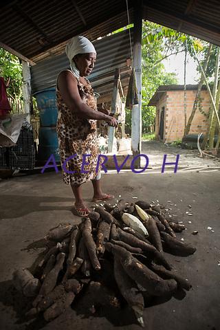 Sra. Maria Lina Duarte durante o processo de produ&ccedil;&atilde;o da farinha de tapioca dotipo &quot;Pipoquinha&quot;<br />Vila de Americano, Santa Izabel.<br /> &copy;Carlos Borges