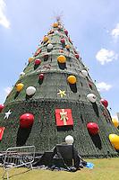 SAO PAULO, SP, 03.12.2013 - ARVORE NATAL PARQUE IBIRAPUERA - Arvore de Natal no Parque do Ibirapuera apos instalacao da estrela na tarde desta terça-feira, 03. (Foto: Vanessa Carvalho / Brazil Photo Press).