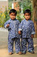 Bangladesch, Region Madhupur - Garo Kinder auf dem Erntefest Wangala , Garos sind eine christliche u. ethnische Minderheit, Zwillingsbrueder / BANGLADESH Madhupur, Garo children at festival Wangal, Garos is a ethnic and christian religious minority, twin brothers