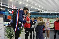 SCHAATSEN: HEERENVEEN: 05-02-2017, KPN NK Junioren, Junioren B, kampioen Jesse Stam ontvangt zijn prijs uit handen van Thijsje Oenema, ©foto Martin de Jong