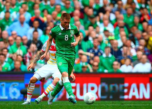 13.06.2015. Dublin, Ireland. Euro2016 Qualifying. Republic of Ireland versus Scotland. James McCarthy (Rep. of Ireland) lays the ball off.