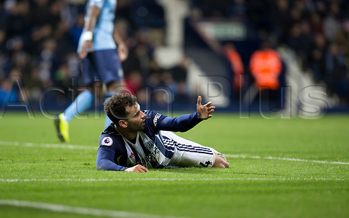 28th November 2017, The Hawthorns, West Bromwich, England; EPL Premier League football, West Bromwich Albion versus Newcastle United; Hal Robson Kanu of West Bromwich Albion  of West Bromwich Albion asks Referee  Lee Probert for a penalty but is denied