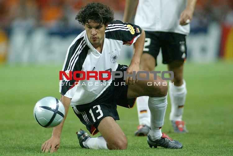 Europameisterschaft 2004 Portugal<br /> <br /> Deutschland - Niederlande 1:1<br /> <br /> Michael Ballack, von der UEFA zum &quot;men of the match&quot; gewaehlt<br /> <br /> Foto &copy; nordphoto<br /> <br /> <br /> <br /> <br /> <br /> <br /> <br />  *** Local Caption *** Foto ist honorarpflichtig! zzgl. gesetzl. MwSt.<br /> <br />  Belegexemplar erforderlich<br /> <br /> Adresse: nordphoto<br /> <br /> Georg-Reinke-Strasse 1<br /> <br /> 49377 Vechta<br /> <br /> Telefon: 04441-89400 / Fax: 04441-894022